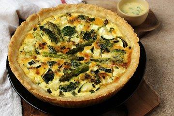 Gemüsequiche mit Brokkoli und Spargel