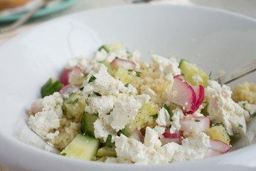 Quinoa-Salat mit Radieschen und Feta