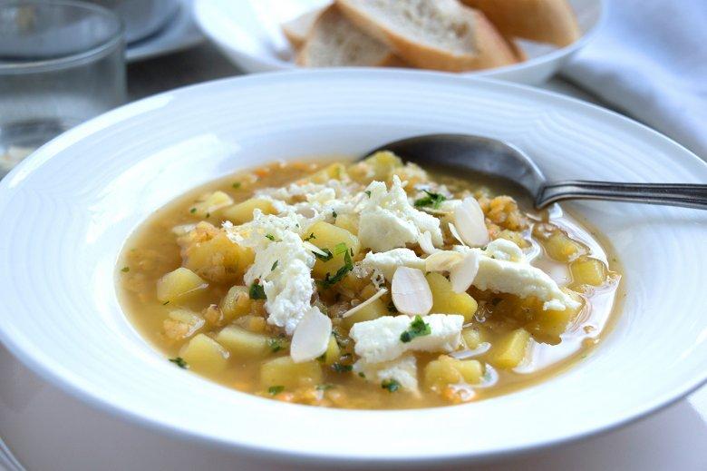 rote Linsen-Suppe mit Kartoffeln und Feta