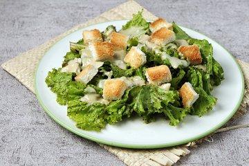 Salat mit Camembert