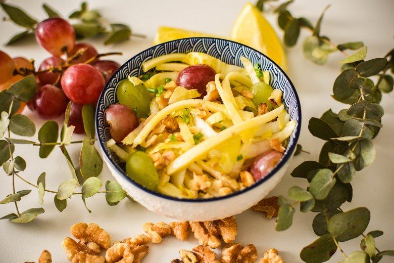 Endiviensalat mit Käse und Weintrauben