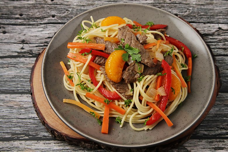 Wok mit Orangen, Gemüse und Rindfleisch