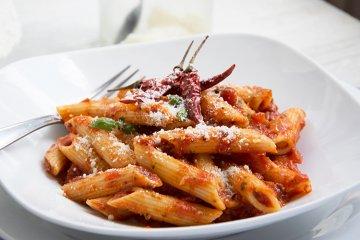 Nudeln in scharfer Tomatensauce