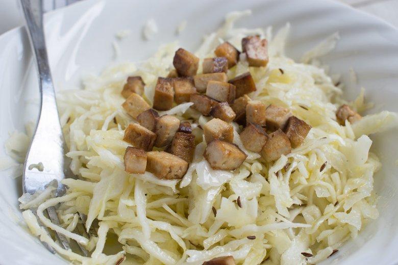 Weißkohlsalat mit Räuchertofu