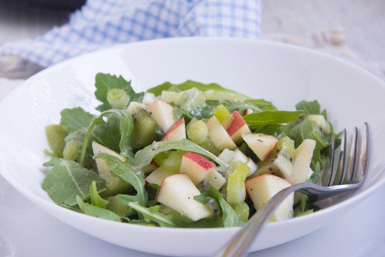 Apfel-Kiwi-Salat mit Rucola