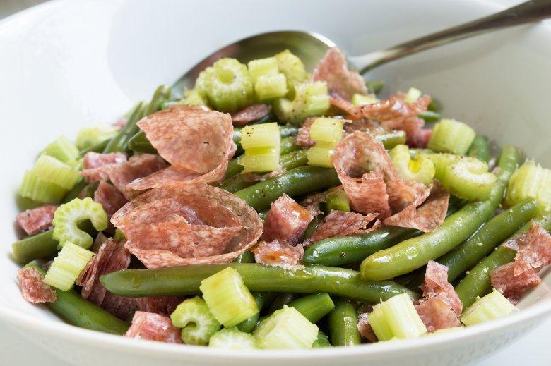 Salat aus grünen Bohnen und Salami