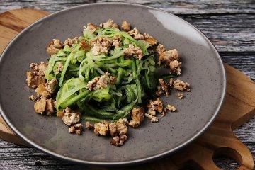 Zucchininudeln mit Tofu