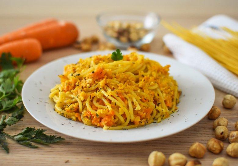 Pasta mit Haselnuss-Möhren-Pesto