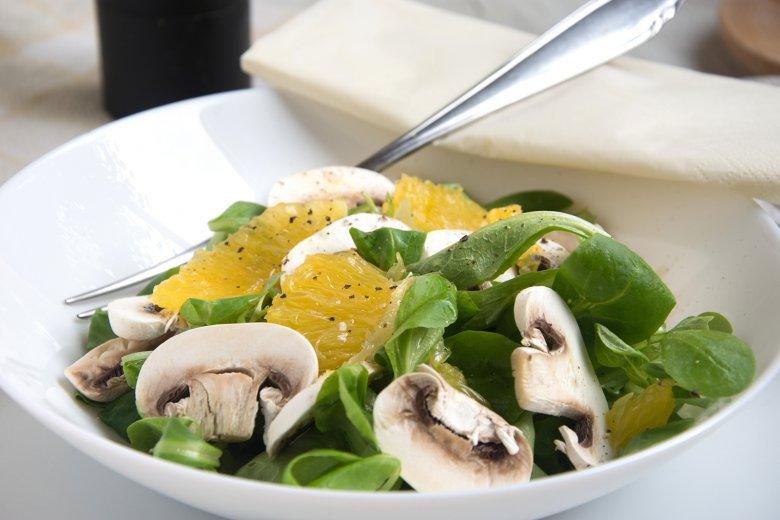 Fruchtiger Feldsalat mit Champignons