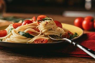 Spaghetti mit Rucola, Tomaten und Chili