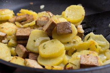 vegane Bratkartoffeln mit Räuchertofu