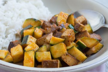 Zucchinipfanne mit Tofu