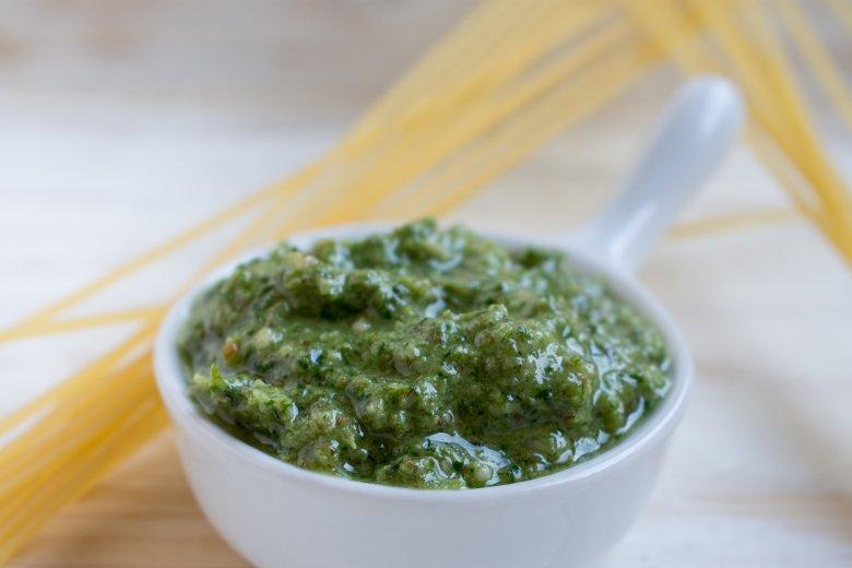 Schnelles grünes Basilikum-Mandel-Pesto