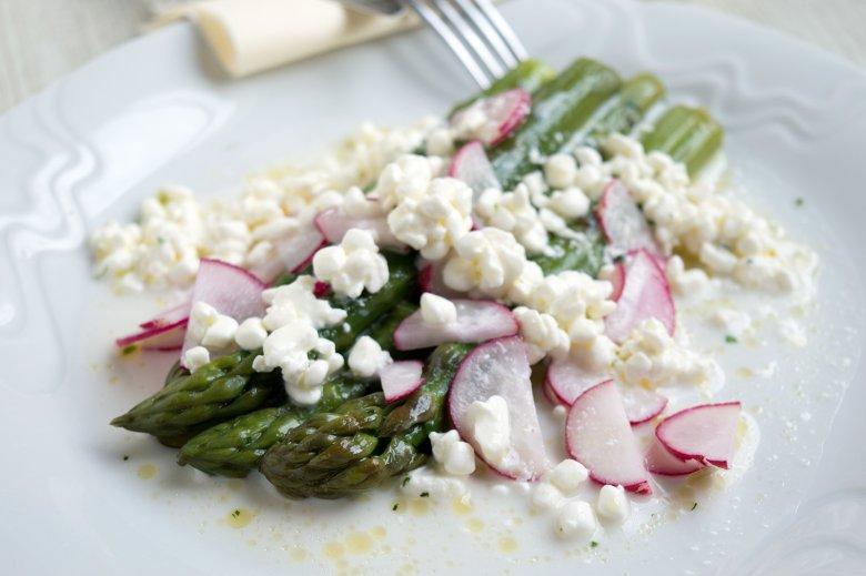 Frühlingssalat mit Spargel, Radieschen und Hüttenkäse