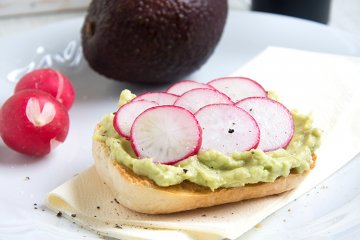 Avocado-Toast mit Radieschen