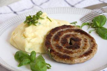 Bratwurstschnecke mit Basilikum-Kartoffel-Stampf