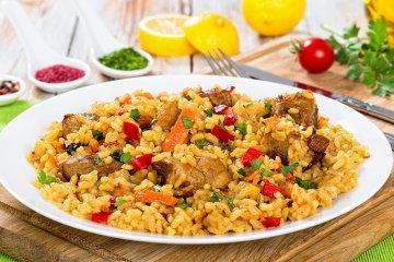 Spanische Paella mit Fleisch und Gemüse