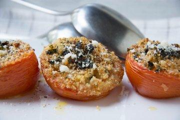 Tomaten mit Schafskäsefüllung