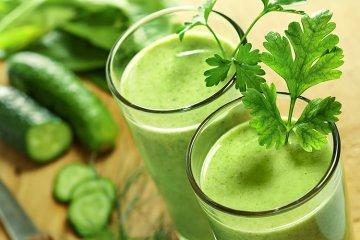 Grüner Smoothie mit Gurke und Ingwer