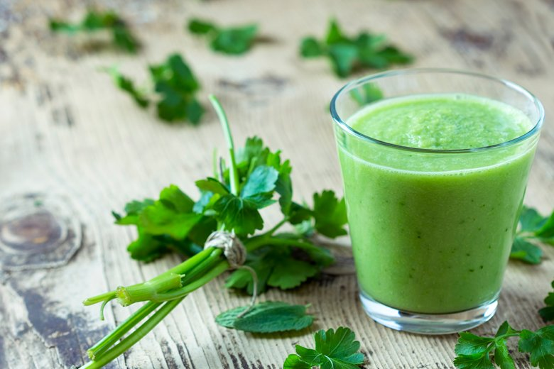 Grüner Smoothie mit Petersilie