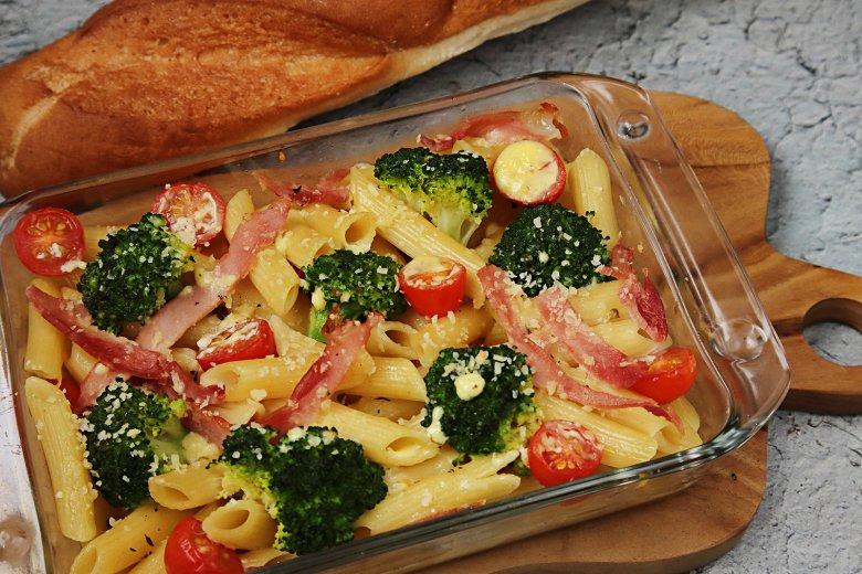 Nudelauflauf mit Brokkoli und Tomaten