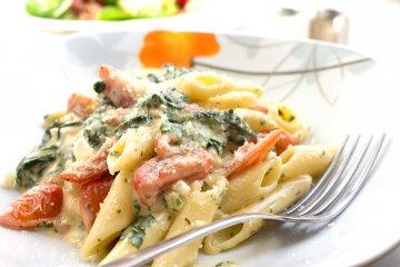 Nudeln mit Spinat, Schafskäse und Tomaten