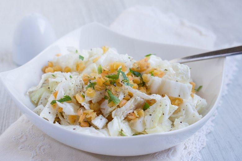 Salat mit roten Linsen, Chinakohl und Lauch