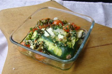 Gefächerter Zucchini mit Feta und Oliven