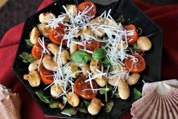 Rucolasalat mit Garnelen und Bohnen