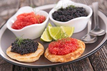 Russische Blinis mit Kaviar