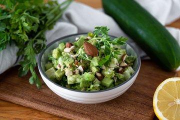 Erfrischender Avocado-Gurken-Salat mit Halloumikäse