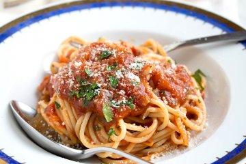 Spaghetti mit würziger Tomatensauce