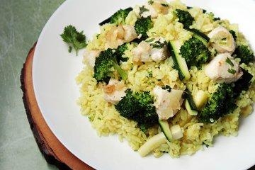 Wok-Gemüse mit Fisch und Reis