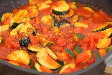Einfaches Zucchini Gemüse mit Tomaten