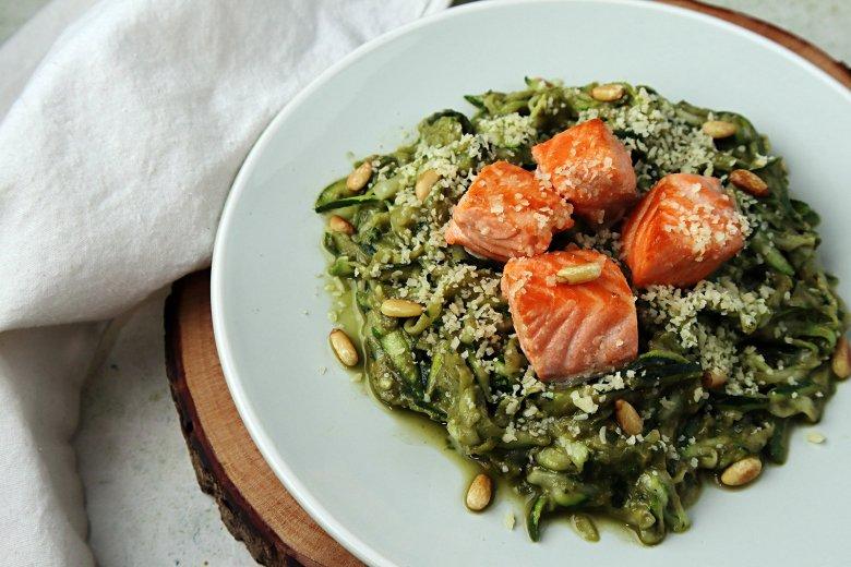 Zoodles mit Avocado-Pesto und Lachs