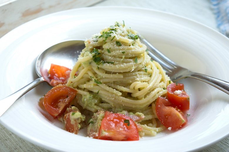 Spaghetti mit Avocado und Basilikum