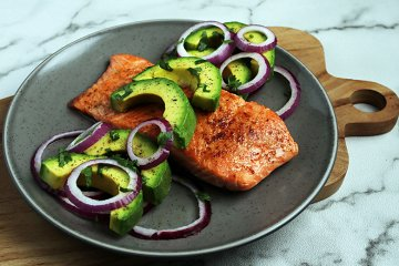 Gegrillter Lachs mit Avocado-Topping