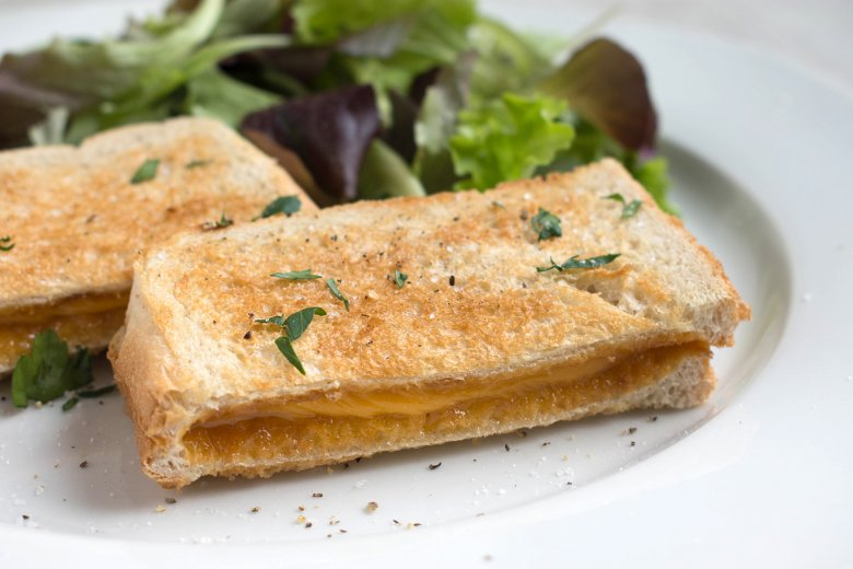 Salat-Mix mit Grilled-Cheese-Toasts