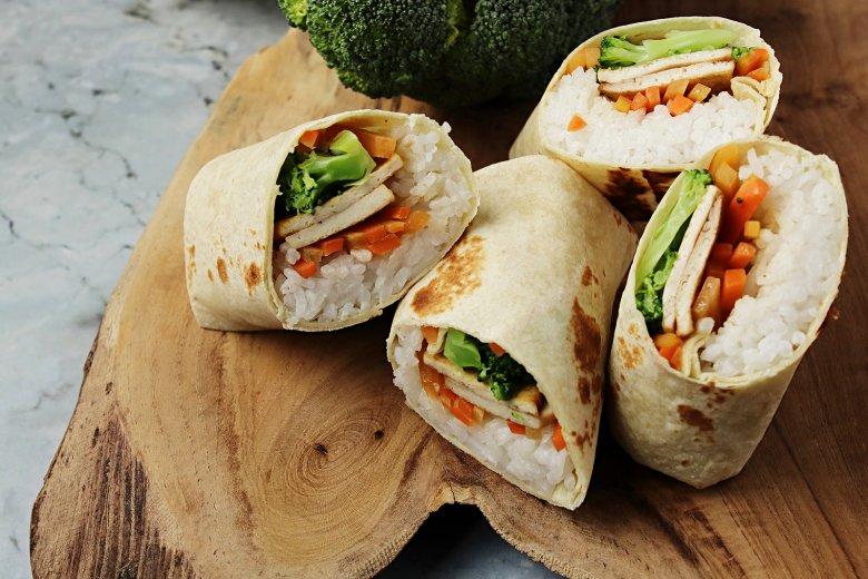 Vegetarische Wraps mit Tofu, Reis und Gemüse