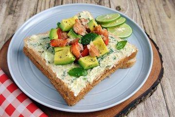 Brot mit Avocado-Krabben-Topping
