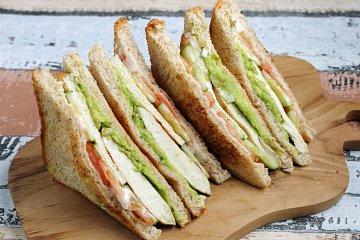 Sandwich mit Räuchertofu und Avocado