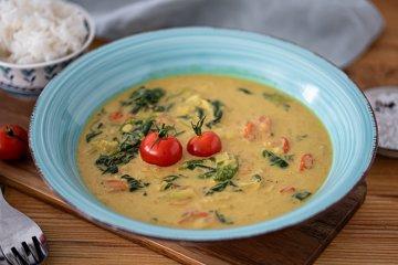 Kokoscurry mit Tomaten und Spinat