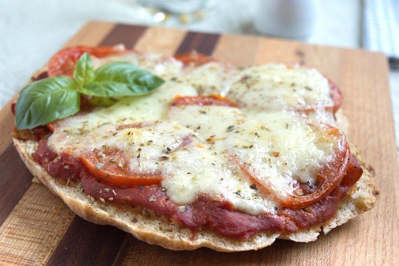 Schnelle Fladenbrot-Pizza Caprese