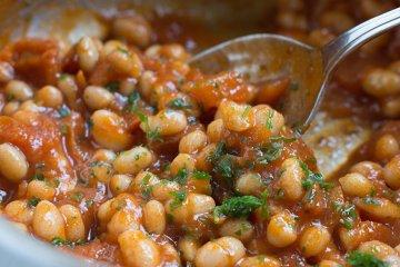 Weiße Bohnen in scharfer Salsa