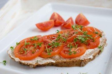 Tomatenbrot mit Kresse
