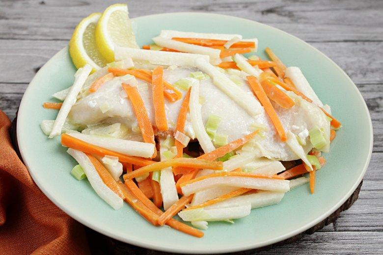 Gedünsteter Fisch auf Gemüsebett