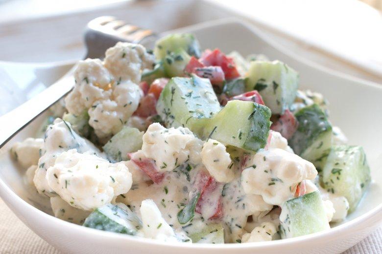 Salat mit Blumenkohl, Paprika und Mais