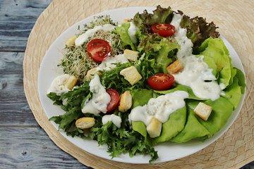 Salat mit Käsesauce