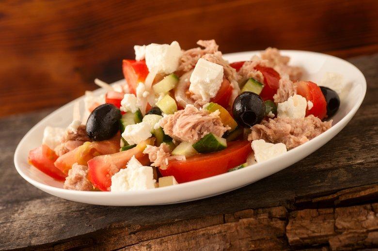 Thunfisch Salat mit Gemüse und Feta Käse
