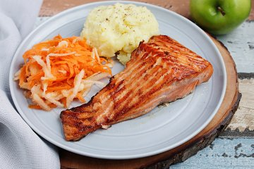 Teriyaki-Lachs mit Kartoffelpüree und Karottensalat